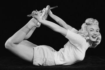Marilyn Monroe realiza el arco pose en 1948.