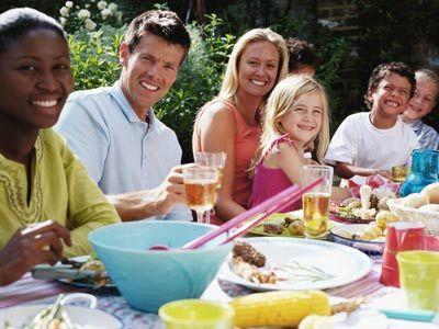 gente sonriente en la comida campestre