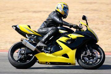 Motorista en casco y equipo en la motocicleta