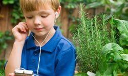 Boy con reproductor de MP3 y auriculares