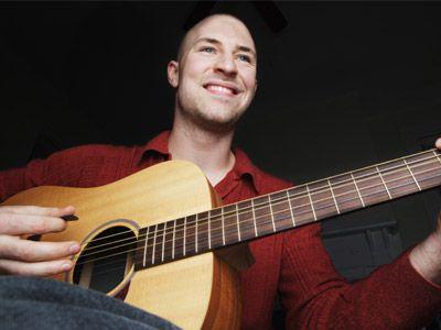 hombre con la guitarra
