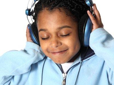 niña feliz escuchando auriculares