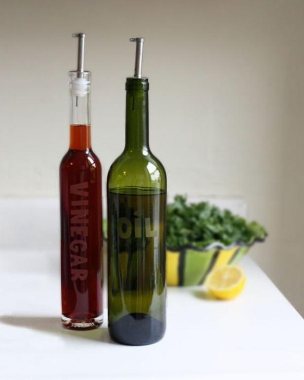 Fotografía - Hacer botellas de aceite y vinagre grabadas a partir de botellas de vino upcycled