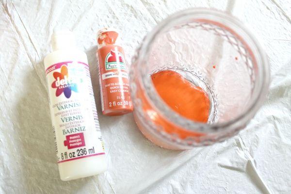 mezclar su pintura y brillo, ver más a http://artesaniasdebricolaje.ru/mason-jar-crafts-pumpkin-candy-jars