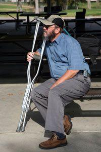 hombre con muletas