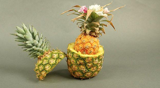 Anidada Piña pieza central | Cómo tener una acción de gracias Tropical, échale un vistazo a http://artesaniasdebricolaje.ru/say-aloha-to-a-tropical-thanksgiving-dinner-video