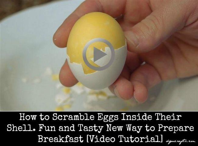 Huevos revueltos dentro de su concha