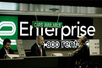 Empleados contador Enterprise Rent-A-Car ayudan a un cliente en el Aeropuerto Internacional Lambert de St. Louis.