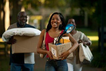 estudiante de primer año de universidad en movimiento para residencia de estudiantes, los padres ayudar