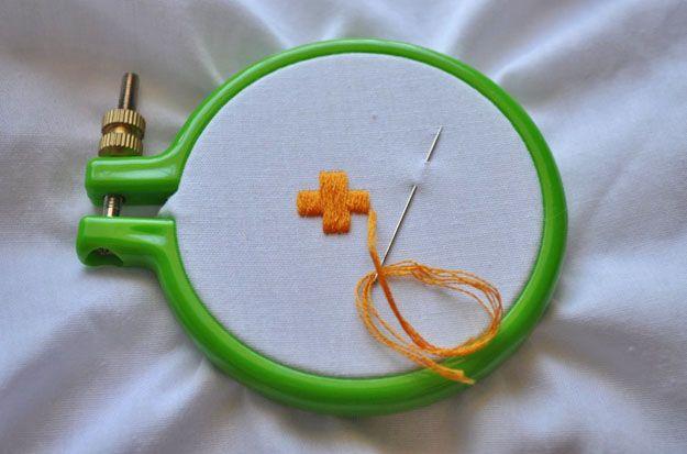 Echa un vistazo a El satén Stitch   Bordado Puntadas en http://artesaniasdebricolaje.ru/ocupaciones/131-la-puntada-de-satn-bordado-puntos-de-sutura.html