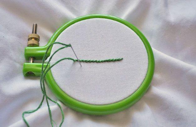 Echa un vistazo a La puntada Stem | DIY bordado Puntadas en http://artesaniasdebricolaje.ru/ocupaciones/132-la-puntada-stem-bricolaje-bordado-puntos-de-sutura.html