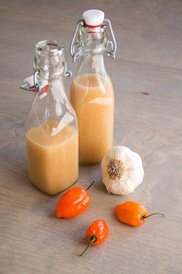Cómo hacer la salsa hecha en casa caliente | http://artesaniasdebricolaje.ru/top-14-hot-sauce-recipes/
