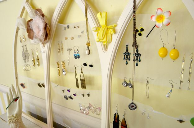 Joyería hecha a mano del arte de DIY Holder | http: //artesaniasdebricolaje.ru/tulle-frame-jewelry-holder/