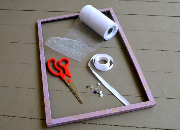 ¿Cómo hacer que un titular de la joyería DIY | http://artesaniasdebricolaje.ru/tulle-frame-jewelry-holder/