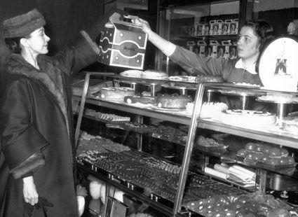 Prima ballerina Margot Fonteyn compra panettone, una versión italiana del pastel de frutas.