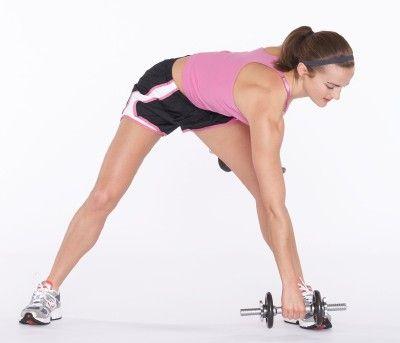 Parte inferior del brazo derecho por encima del cuerpo hacia el pie izquierdo, doblando las caderas.