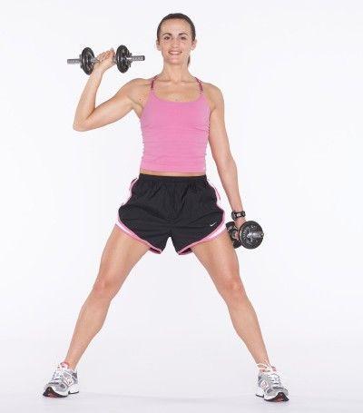 Traza una línea diagonal a través del cuerpo con el brazo derecho, llevando la mancuerna hacia su hombro derecho.