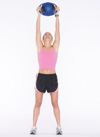 Estire los brazos (o bola) hacia arriba por encima, manteniendo las rodillas suaves.