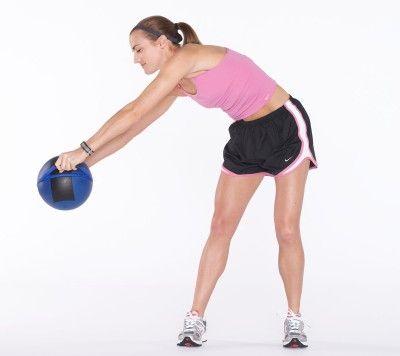 Lleva los brazos (y / o la pelota) hacia abajo, hacia suelo, manteniendo una ligera flexión de las rodillas.