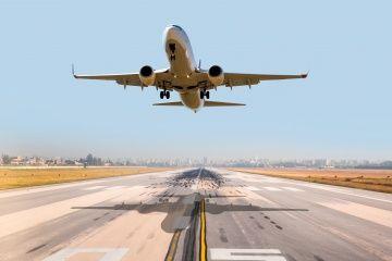 Un avión despega de una pista de aterrizaje.