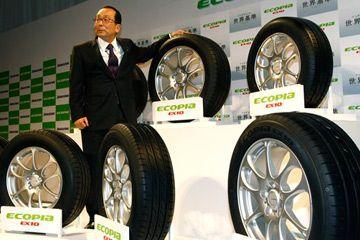 Bridgestone Corp. Presidente Shoshi Arakawa presenta neumáticos Ecopia EX10, los últimos productos de la marca de neumáticos Ecopia bajo consumo de combustible, en Tokio, Japón.