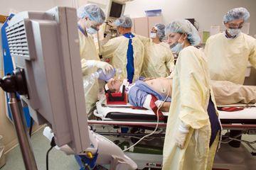 Los médicos operan en un paciente.