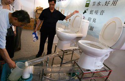 En Beijing, China un aseo muy bajo flujo se demuestra usando solamente un medio galón de agua.