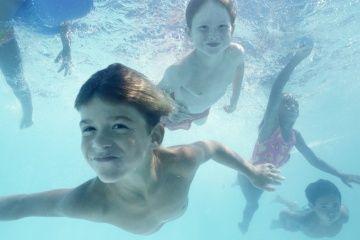 Los niños nadan bajo el agua.