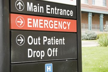 Una señal de la sala de emergencia fuera de un hospital.