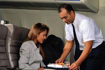 Con asistente de vuelo y pasajeros