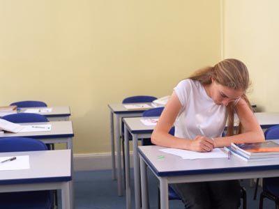 Practicar sus habilidades de escritura de antemano puede ayudarle a prepararse para ensayos de la universidad.