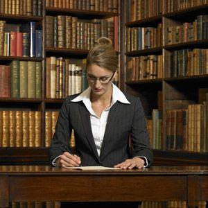 Mujer en la biblioteca de leyes.