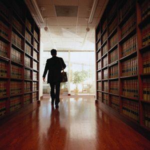 El hombre deja biblioteca jurídica.