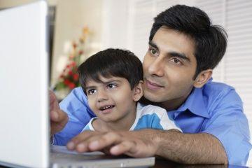 padre e hijo miran la computadora