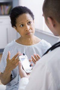 PDAs actúan como computadoras personales, portátiles para trabajadores de la salud, dándoles acceso a un montón de información médica en el acto.