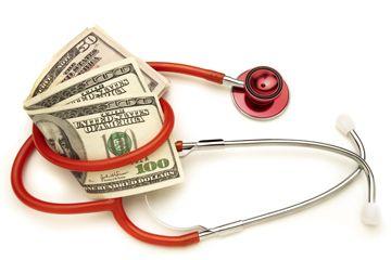 Un puñado de billetes de $ 100, rodeado por un estetoscopio.