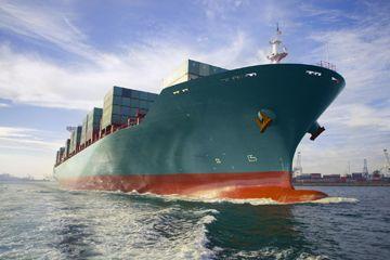 Una vista del arco de carga vela buque de carga fuera del puerto.