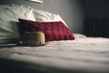 sombrero en la parte superior de la cama