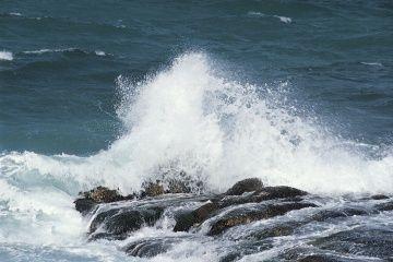 Las olas del mar se estrellan contra las rocas.