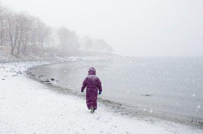 imagen de la mujer en la playa de nieve