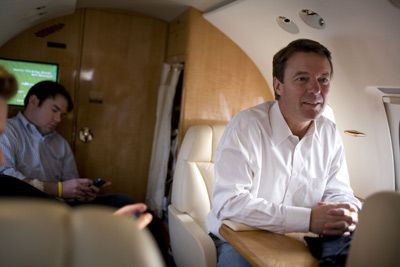 John Edwards a bordo de su avión.