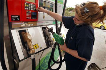Mujer bombeo de gas, mientras que en el teléfono