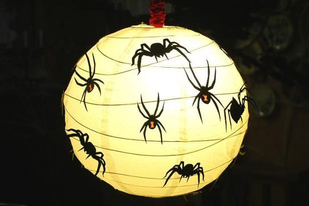 Bola de luz con las arañas para Halloween