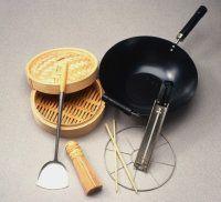 Hacia la derecha, de arriba a la izquierda: el vapor de bambú, wok, termómetro freír, rejilla de vapor alambre, palillos, cepillo de bambú, y una espátula chino.