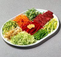 Cortar los ingredientes en trozos de tamaño uniforme para la fritura.