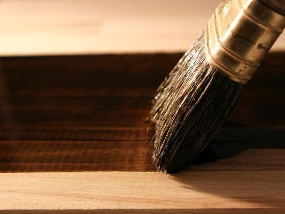 Oscuro tinción de madera con el cepillo